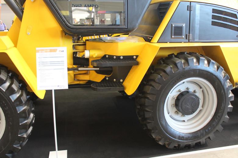 Две ступени решетчатого типа перед входом в кабину Ant-3000