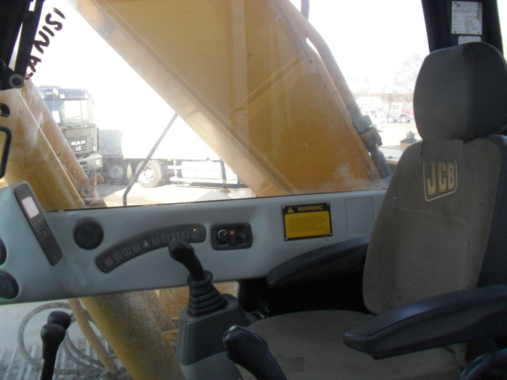 Внутри кабины JCB 330