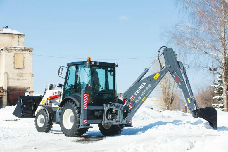Экскаватор Terex TLB 825 на уборке снега