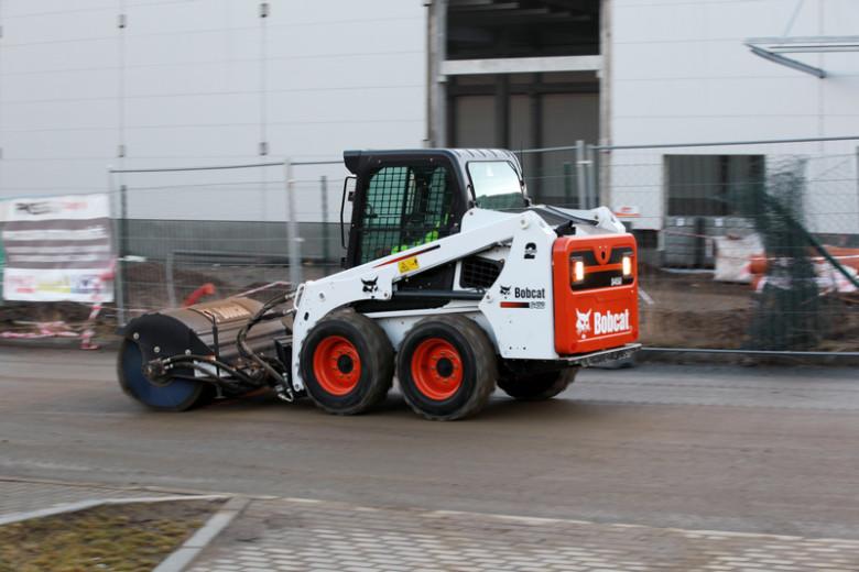 Bobcat S450 с щеткой для уборки снега