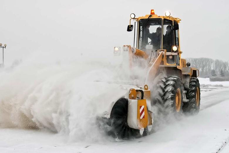 Расчистка снега с помощью погрузчика Амкодор 352