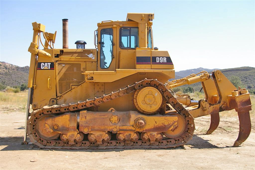 Среди них отечественные тз б10, четра т-11 и импортные shantui sd22, caterpillar d6rxl